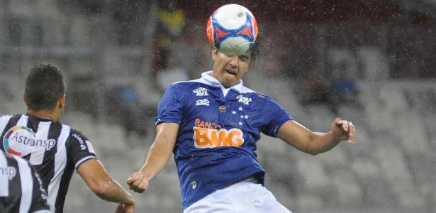 Marcelo Moreno cabeceia a bola para marcar o 1º gol do Cruzeiro no triunfo sobre o Tupi, no Mineirão