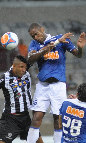 8 mar 2014 - Zagueiro Dedé tentou várias cabeçadas, durante a partida, e conseguiu fazer o gol da vitória celeste
