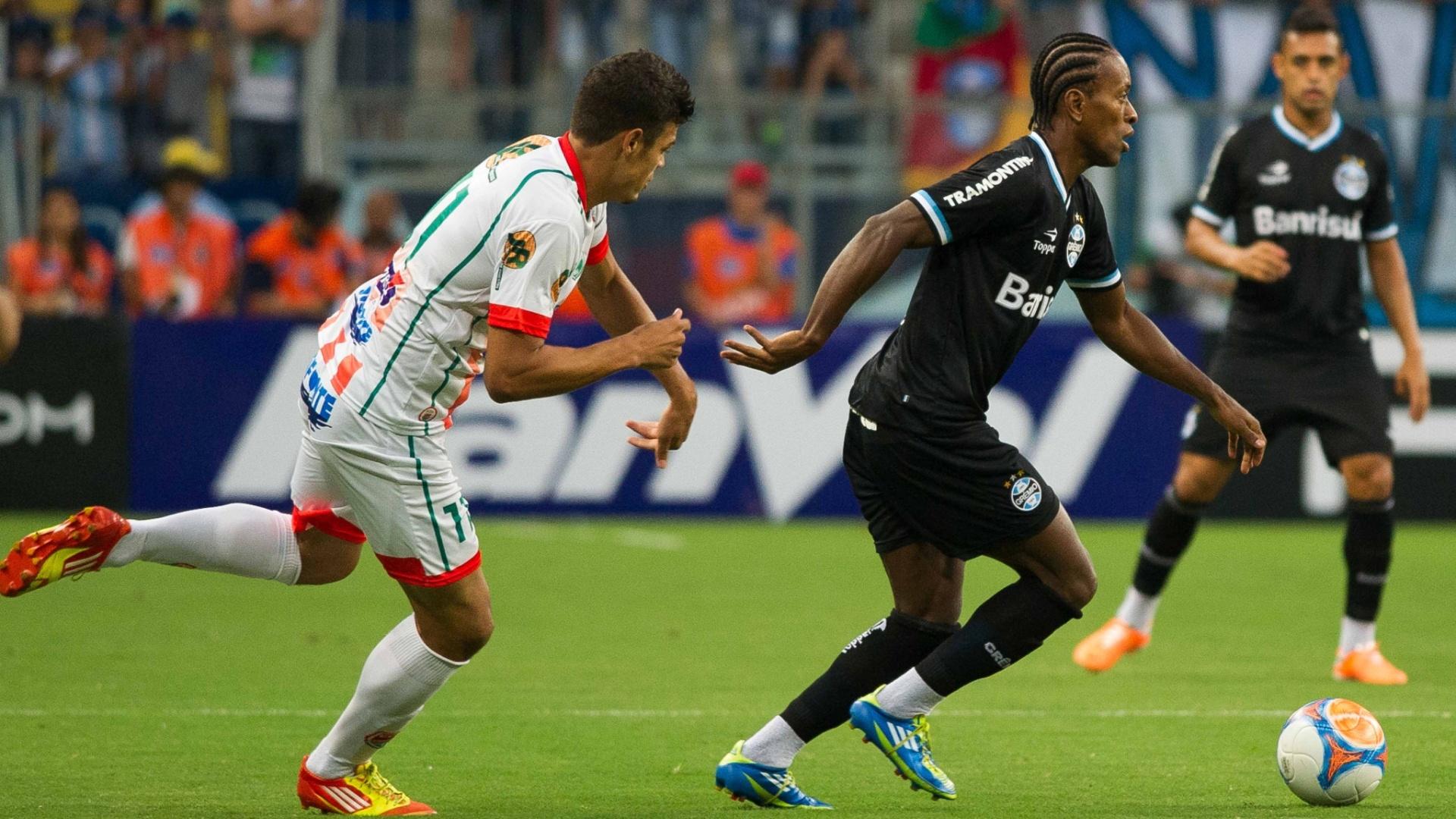 09.mar.2014 - Zé Roberto escapa da marcação do Passo Fundo no jogo válido pelo Campeonato Gaúcho
