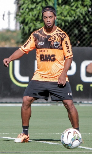 10 mar 2014 - Ronaldinho Gaúcho treina no Atlético-MG à espera de reencontro com estádio onde fez primeiro gol pelo Brasil