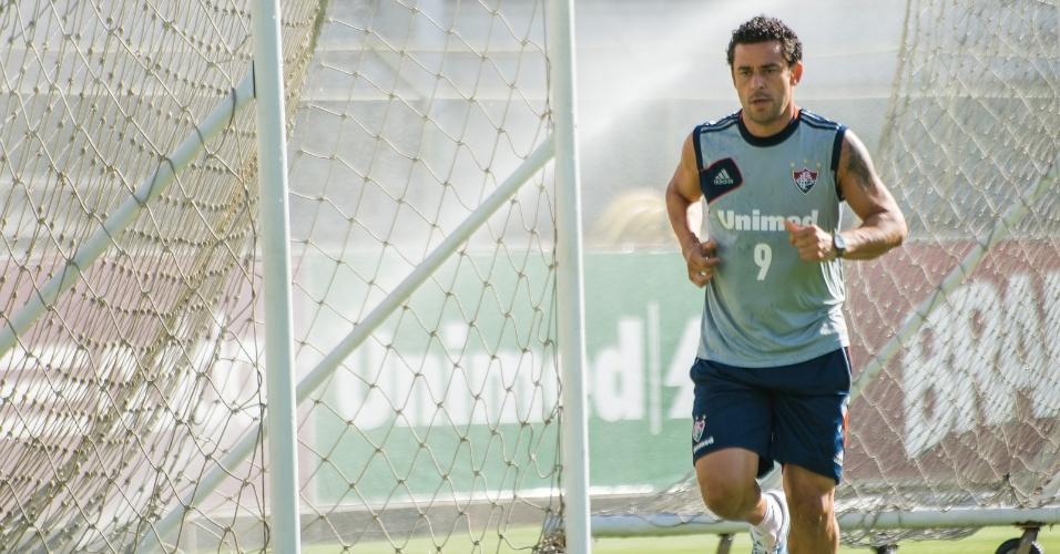 10.mar.2014 - Fred treina sozinho no Fluminense em dia de folga para elenco