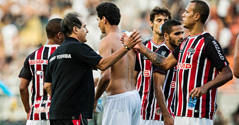Muricy Ramalho, técnico do São Paulo, cumprimenta Luis Fabiano após a vitória por 3 a 2 no clássico contra o Corinthians