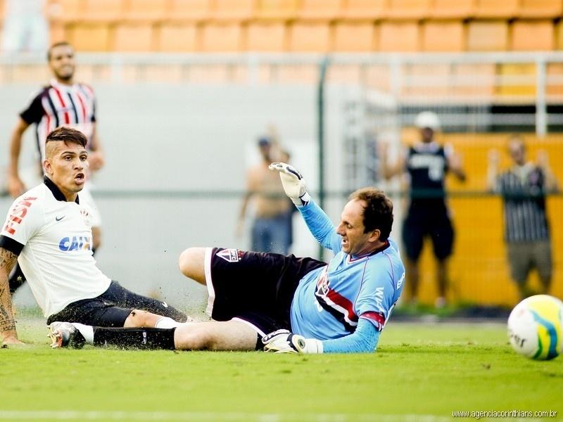 Paolo Guerrero, atacante do Corinthians, lamenta gol perdido diante de Rogério Ceni, goleiro do São Paulo
