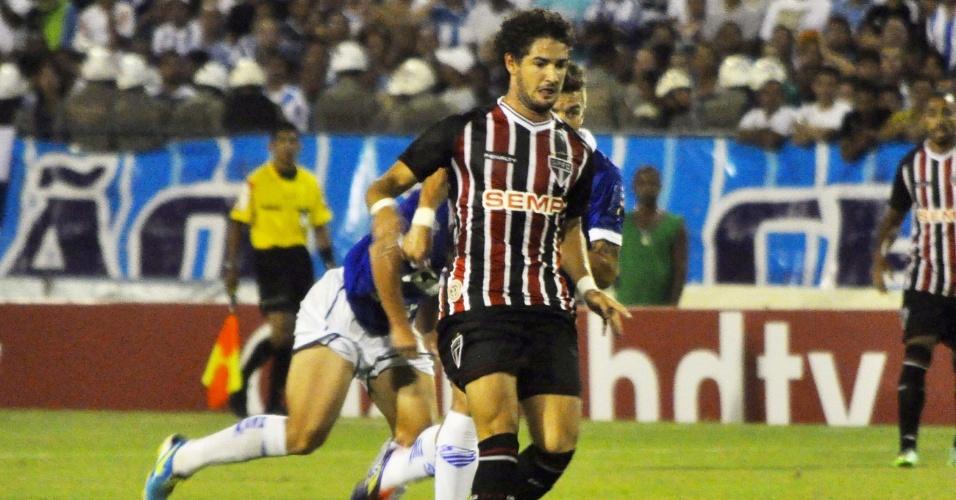 12.03.14 - Alexandre Pato faz jogada na estreia com a camisa do São Paulo contra o CSA