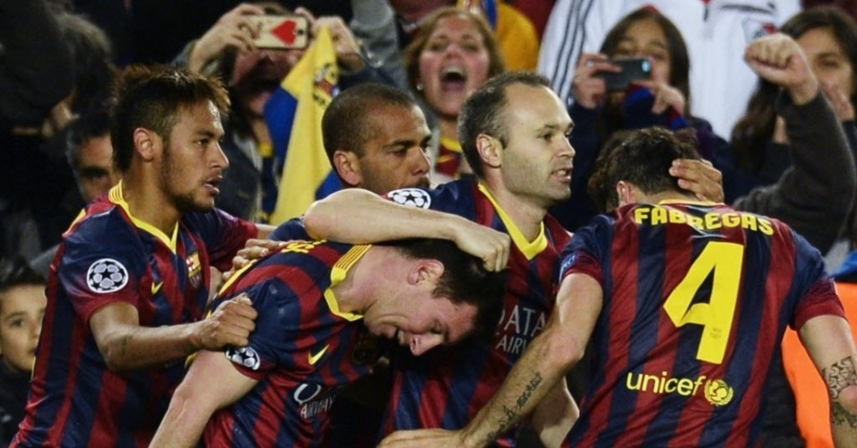 12.fev.2014 - Messi comemora com os companheiros de Barcelona após abrir o placar contra o Manchester City, pelas oitavas de final da Liga dos Campeões