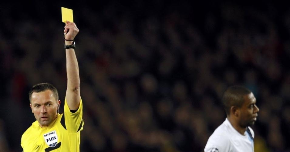 12.mar.2014 - Fernandinho leva o cartão amarelo durante a partida entre Barcelona e Manchester City. O time espanhol venceu e avançou para as quartas de final da Liga dos Campeões
