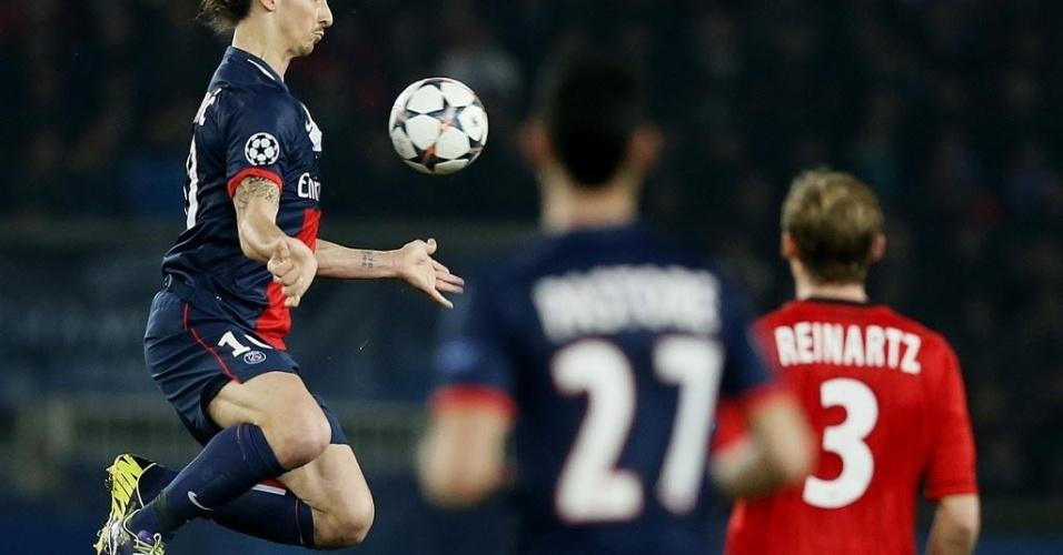 12.mar.2014 - Ibrahimovic se ajeita para dominar a bola e parece
