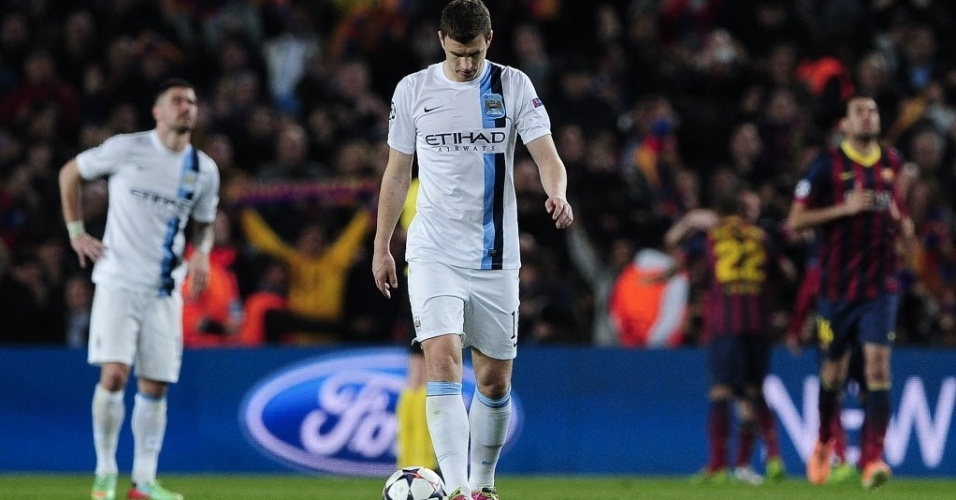 12.mar.2014 - Jogadores do Manchester City lamentam após o Barcelona abrir o placar nas oitavas de final da Liga dos Campões da Europa, com gol de Messi