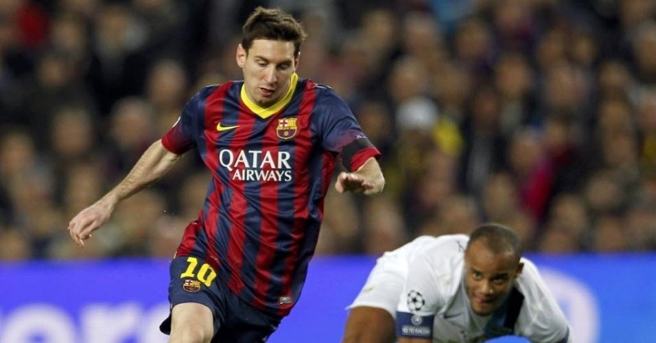12.mar.2014 - Messi deixa Kompany no chão e avança para o Barcelona contra o Manchester City, pela Liga dos Campeões