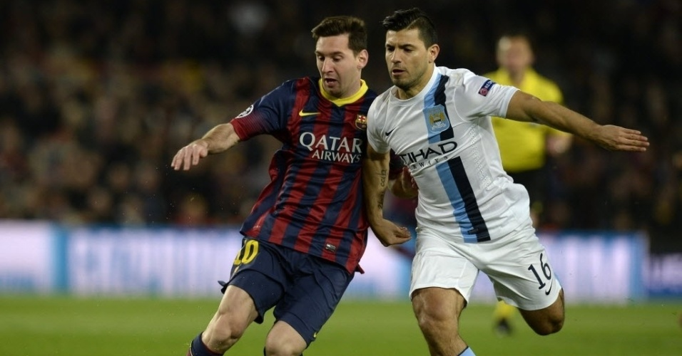 12.mar.2014 - Messi protege a bola da marcação de Sergio Aguero na partida entre Barcelona e Manchester City no jogo de volta das oitavas da Liga dos Campeões. Os dois atletas são companheiros de seleção argentina.