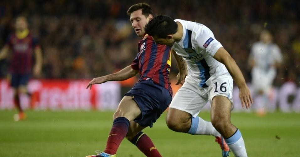 12.mar.2014 - Messi protege a bola da marcação de Sergio Aguero na partida entre Barcelona e Manchester City pelas oitavas da Liga dos Campeões