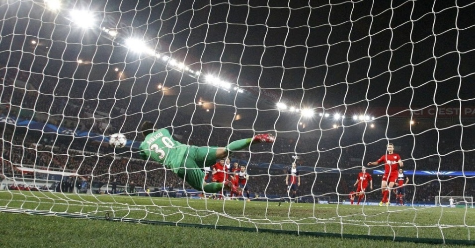 12.mar.2014 - Salvatore Sirigu defende pênalti e impede o segundo gol do Bayer contra o PSG, pela Liga dos Campeões