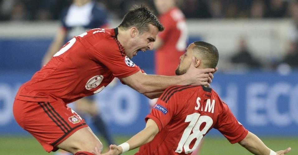 12.mar.2014 - Sidney Sam (dir) comemora após marcar para o Bayer Leverkusen na partida contra o PSG pela Liga dos Campeões