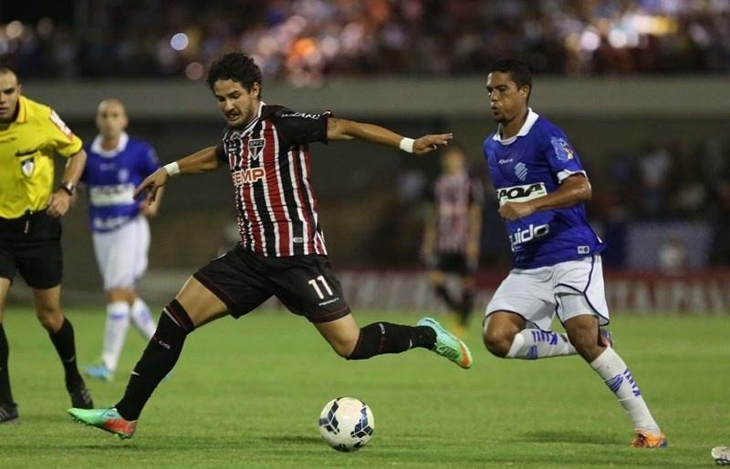 12.03.14 - Alexandre Pato faz jogada na partida entre São Paulo e CSA pela Copa do Brasil