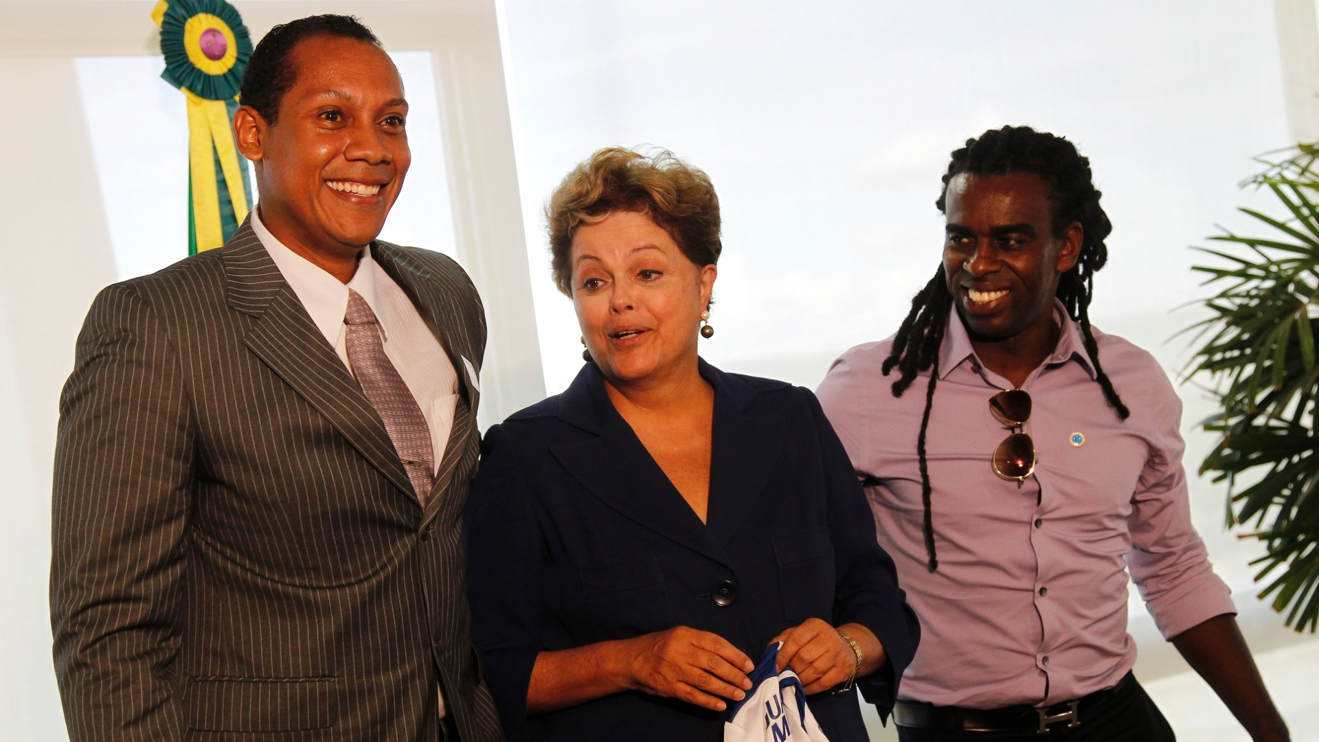 13.mar.2014 - A presidente Dilma Rousseff (c) recebeu nesta quinta-feira em Brasília o árbitro gaúcho Marcio Chagas (e) e o volante Tinga para discutir o racismo no futebol. Marcio e Tinga foram recentemente alvos de ofensas racistas durante partidas