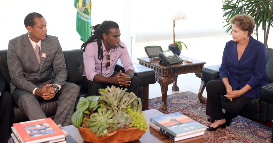 13.mar.2014 - A presidente Dilma Rousseff recebeu nesta quinta-feira em Brasília o árbitro gaúcho Marcio Chagas (e) e o volante Tinga para discutir o racismo no futebol. Marcio e Tinga foram recentemente alvos de ofensas racistas durante partidas
