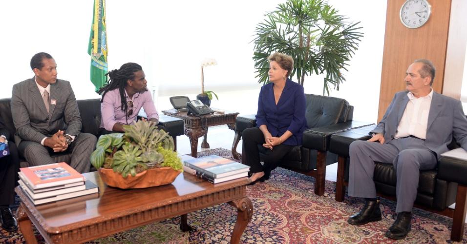 13.mar.2014 - A presidente Dilma Rousseff recebeu nesta quinta-feira em Brasília o árbitro gaúcho Marcio Chagas (e) e o volante Tinga para discutir o racismo no futebol. O ministro Aldo Rebelo (d) também participou do encontro. Marcio e Tinga foram recentemente alvos de ofensas racistas durante partidas