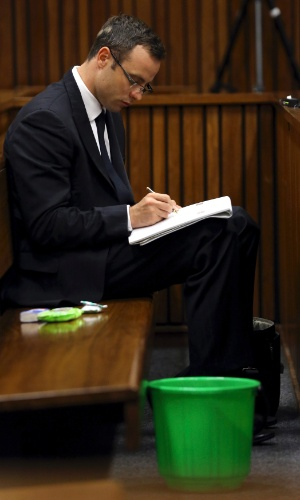 13.mar.2014 - Oscar Pistorius acompanha o nono dia de julgamento pela morte da namorada Reeva Steenkamp