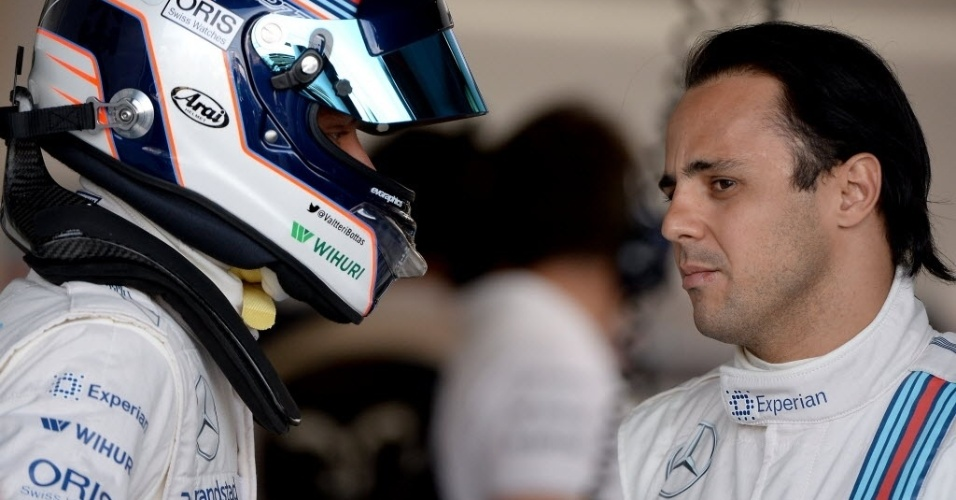 Felipe Massa conversa com o companheiro de equipe Williams, Valttere Bottas