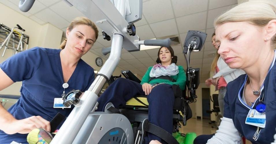 Laís Souza realiza sessões de fisioterapia em hospital nos Estados Unidos