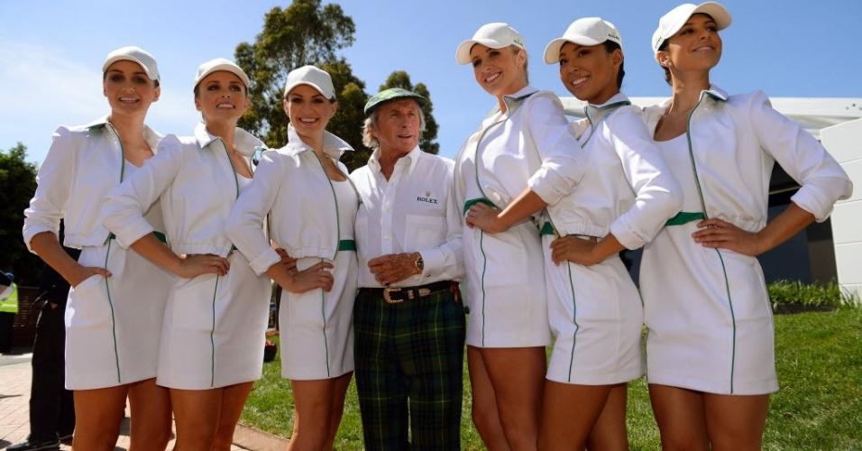 Lendário Jack Stewart posa ao lado de belas mulheres no circuito Albert Park