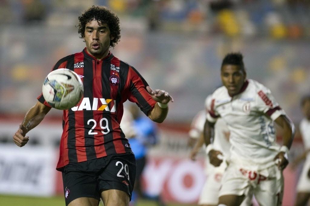 14.03.14 - Bruno Mendes domina bola na partida entre Atlético-PR e Universitário pela Libertadores