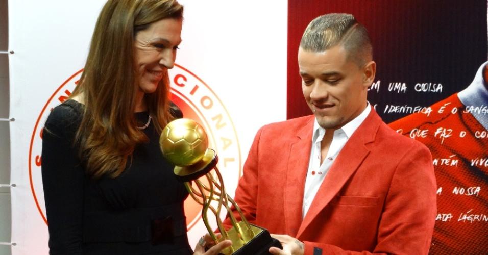 14.mar.2014 - D'Alessandro recebe prêmio de melhor jogador estrangeiro do Brasileirão 2013