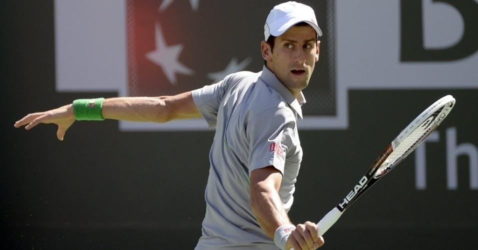 14.mar.2014 - Novak Djokovic bate de backhand na bola durante sua quarta de final em Indian Wells contra Julien Benneteau