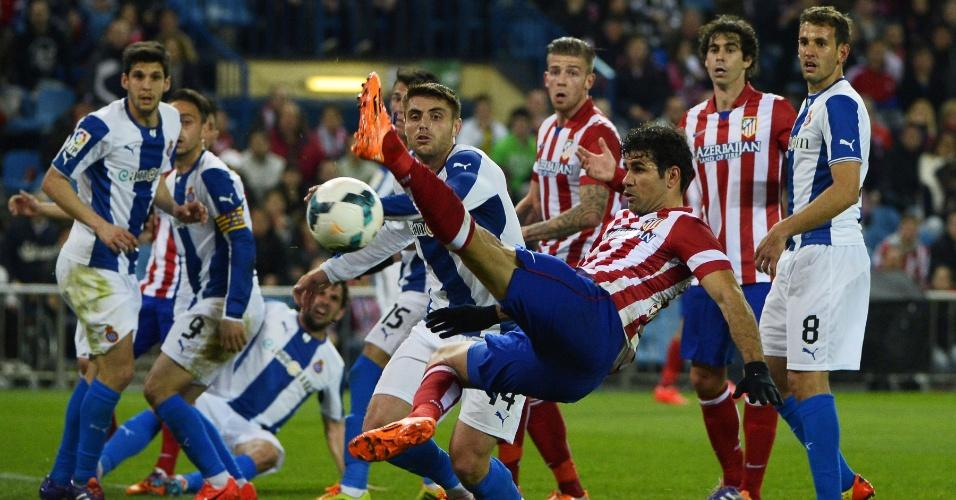 15.mar.2014 - Atacante Diego Costa tenta lance plástico em jogo do Atlético de Madri contra o Espanyol, no estádio Vicente Calderón, pelo Campeonato Espanhol