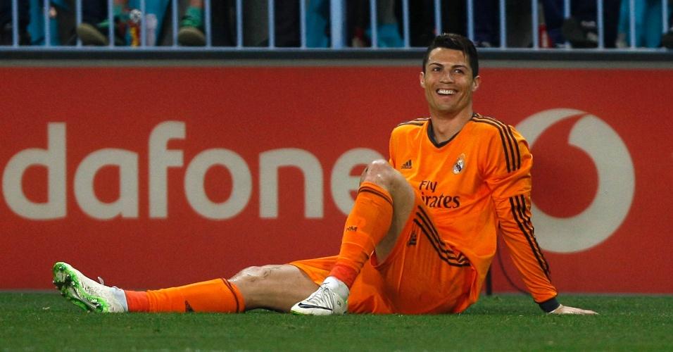 15.mar.2014 - Cristiano Ronaldo sorri após ir ao chão em vitória do Real Madrid por 1 a 0 sobre o Málaga, fora de casa