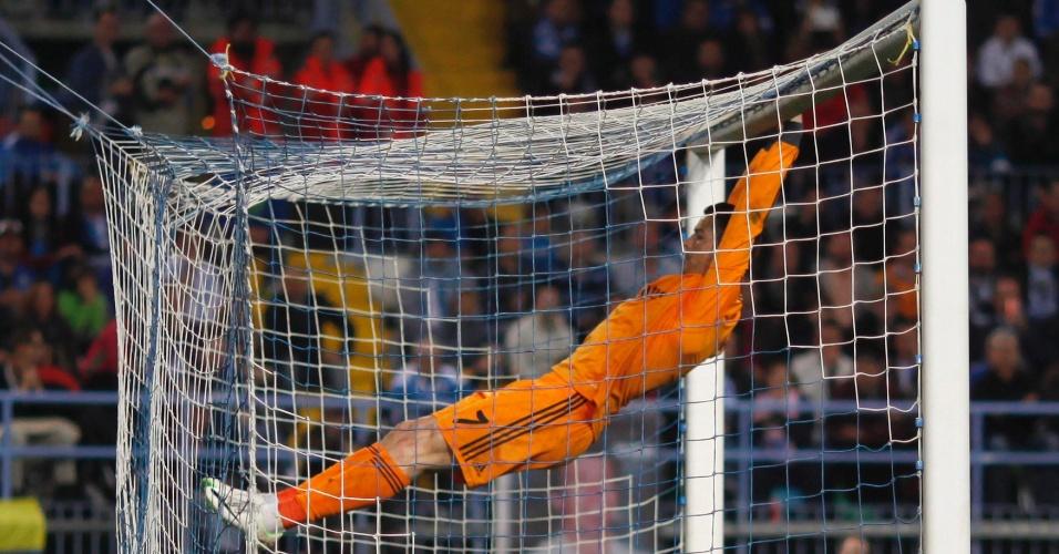 15.mar.2014 - Português Cristiano Ronaldo se pendura no travessão após perder chance de gol na vitória do Real Madrid por 1 a 0 sobre o Málaga, pelo Espanhol