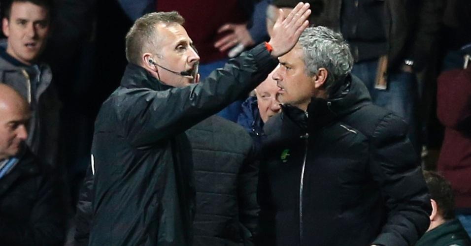 15.mar.2014 - Técnico José Mourinho é expulso pela arbitragem em derrota do Chelsea por 1 a 0 para o Aston Villa, fora de casa, pelo Campeonato Inglês