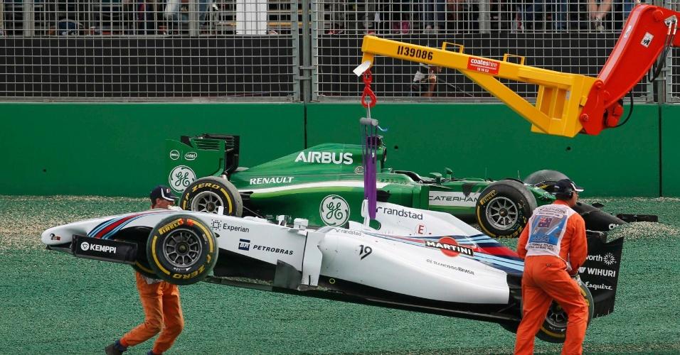 Carro de Felipe é guinchado por operários após batida com Kobayashi