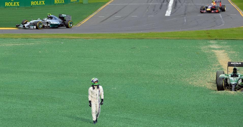 Felipe Massa caminha após sofrer batida; piloto precisou abandonar o GP da Austrália logo após a largada