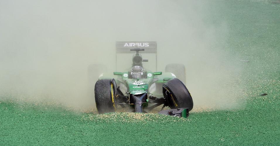 Kamui Kobayashi acertou a traseira de Felipe Massa e foi parar fora da pista logo na primeira curva após a largada no GP da Austrália