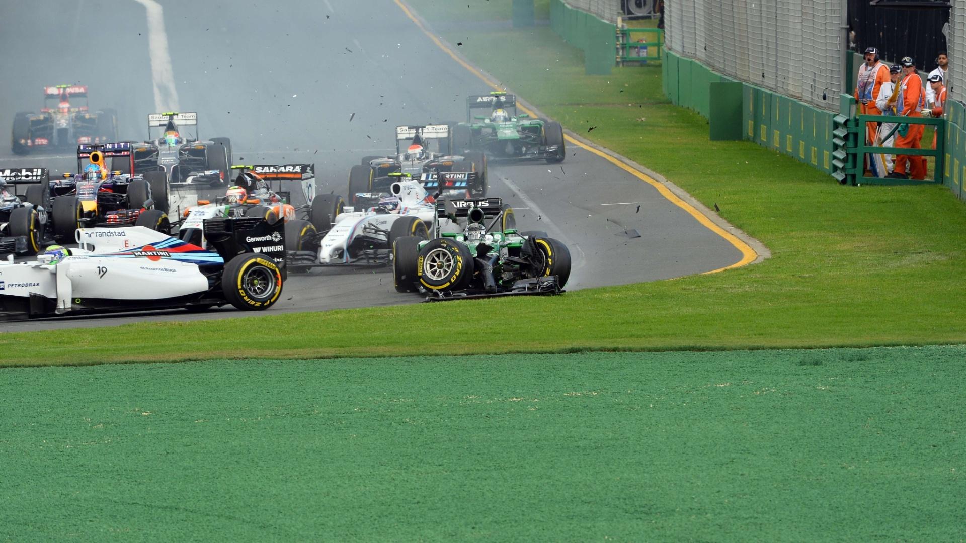 Kamui Kobayashi acertou a traseira de Felipe Massa logo após a largada do GP da Austrália