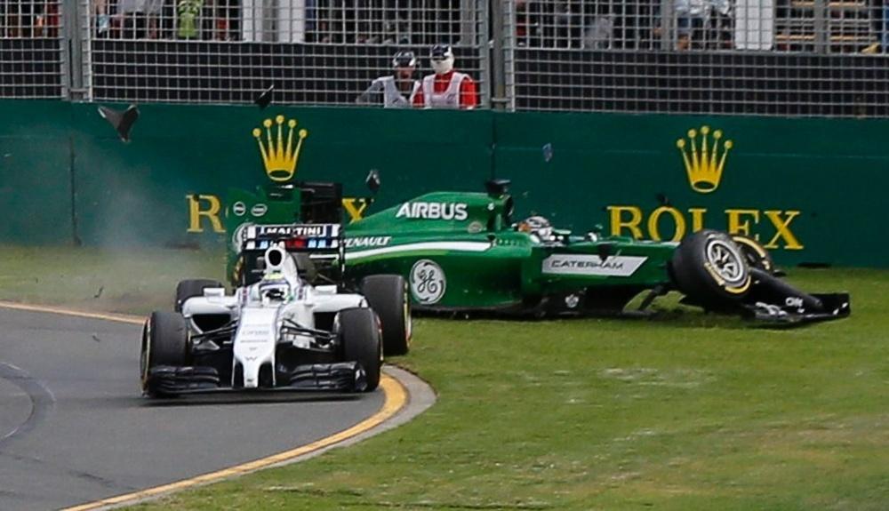 Kobayashi acertou a traseira de Felipe Massa após a largada e ambos tiveram que abandonar a corrida
