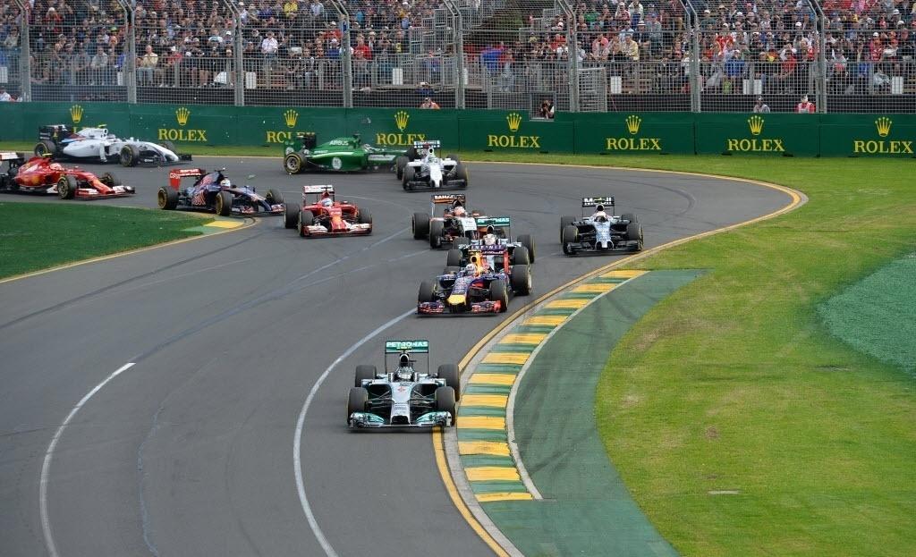 Largada do GP Austrália teve batida. Kobayashi acertou a traseira do carro de Felipe Massa e ambos tiveram que abandonar a corrida