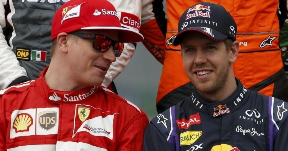 Raikkonen e Vettel aguardam tradicional registro fotográfico nesta abertura da temporada da F1