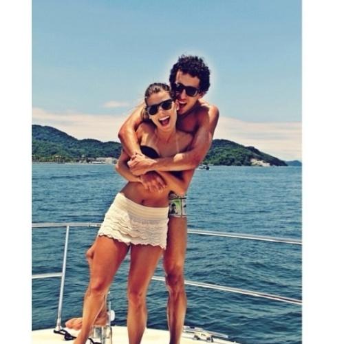 Carol e Marquinhos curtem férias em iate; a cantora deve se mudar para morar com o jogador em Paris