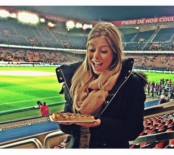 Carol visitou Marquinhos duas vezes em Paris e disse que é pé-quente quando vai ao estádio