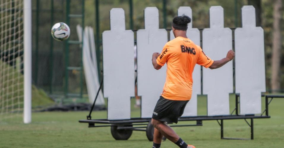 18 mar. 2014 - Ronaldinho Gaúcho treina cobrança de falta na Cidade do Galo