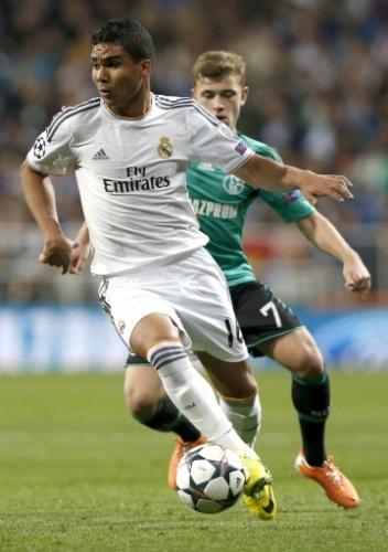 18.mar.2014 - Casemiro domina a bola durante o duelo entre Real Madrid e Schalke 04 pelas oitavas da Liga dos Campeões. O brasileiro entrou em campo no segundo tempo de jogo no lugar de Xabi Alonso