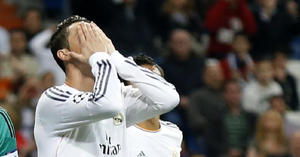 18.mar.2014 - Cristiano Ronaldo lamenta chance perdida na partida entre Real Madrid e Schalke 04 pelas oitavas de final da Liga dos Campeões