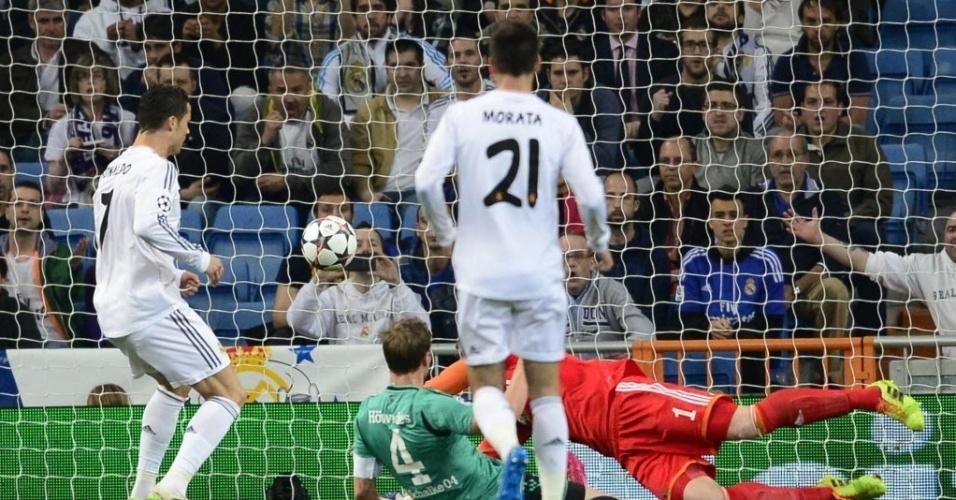 18.mar.2014 - Cristiano Ronaldo recebe sozinho na área após jogada rápida pela direira e só empurra a bola para o gol para abrir o placar para o Real Madrid contra o Schalke 04