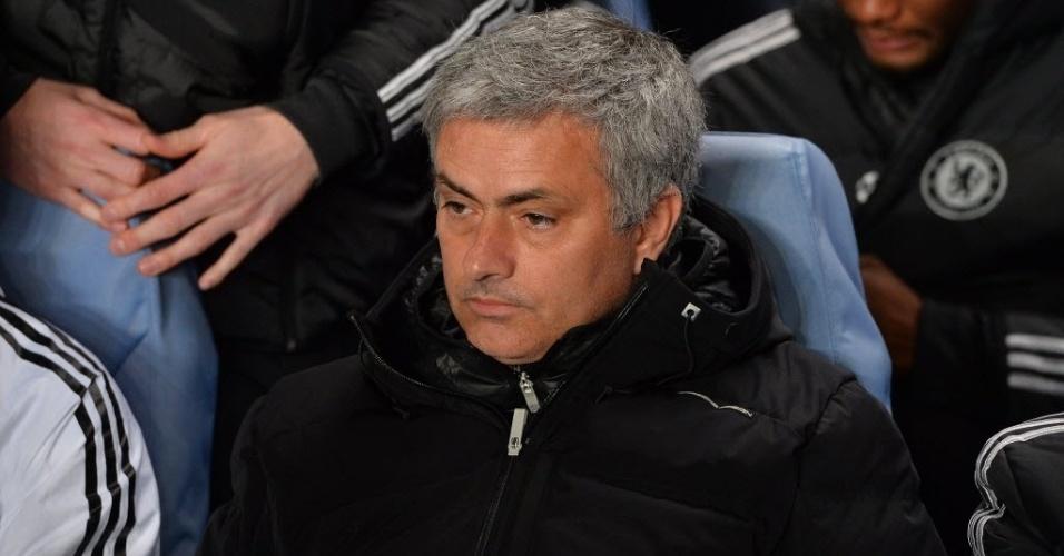18.mar.2014 - Do banco de reservas, Mourinho observa o jogo entre Chelsea e Galatasaray pela Liga dos Campeões