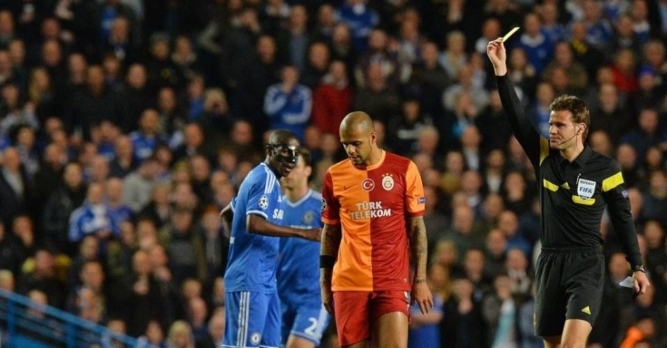 18.mar.2014 - Felipe Melo recebe cartão amarelo após fazer falta em William durante jogo de volta das oitavas da Liga dos Campeões entre Chelsea e Galatasaray