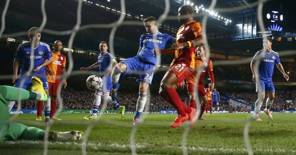 18.mar.2014 - Gary Cahill chuta para marcar o segundo gol do Chelsea na partida contra o Galatasaray pela Liga dos Campeões