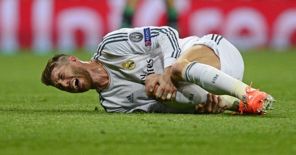 18.mar.2014 - Sergio Ramos cai no gramado com dores durante jogo de volta das oitavas da Liga dos Campeões entre Real Madrid e Schalke 04
