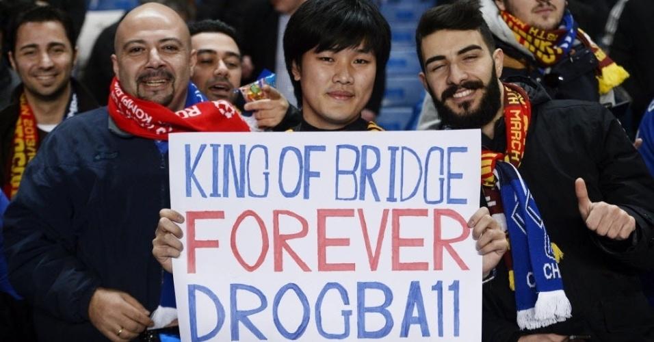 18.mar.2014 - Torcedor exibe cartaz em homenagem a Drogba nas arquibancadas do Stamford Bridge durante duelo entre Chelsea e Galatasaray pela Liga dos Campeões